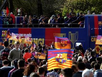 Los jugadores del Barcelona celebran el doblete logrado con los aficionados