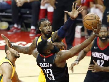 James Harden anota ante la oposición de la defensa de los Jazz
