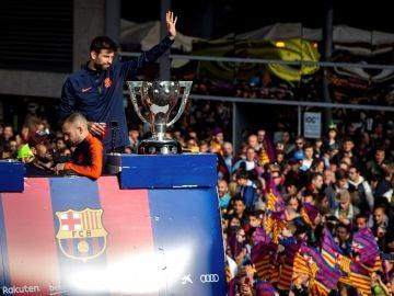Piqué celebra con los aficionados del Barça el doblete