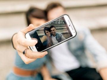 Una pareja se hace un selfie