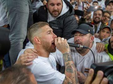 Sergio Ramos canta con los aficionados del Real Madrid en el Bernabéu