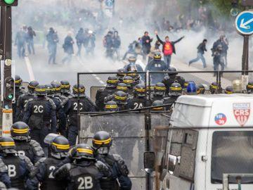 Manifestantes se enfrentan a la policía en el 1 de Mayo en París