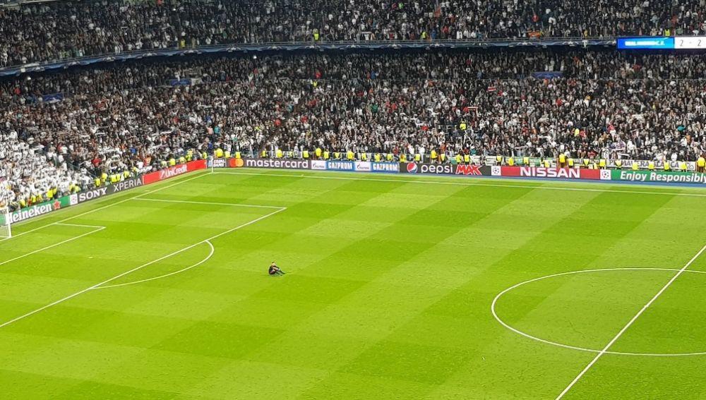 Ulreich, hundido sobre el césped del Bernabéu