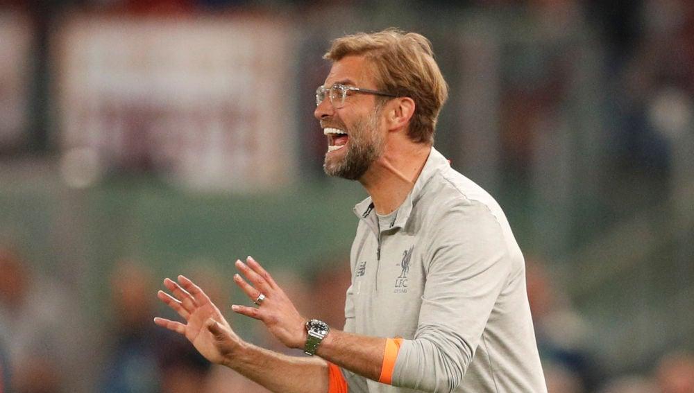 Klopp da indicaciones en el partido contra la Roma