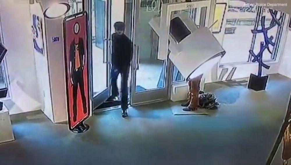 Un hombre recorre 16.000 kilómetros para rajar un cuadro de 2,5 millones de euros con un cuchillo