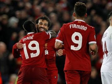 Mané, Salah y Firmino celebran un gol ante la Roma