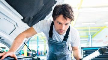 Mecánico reparando un coche en el taller