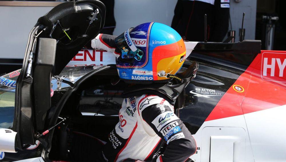 Fernando Alonso, subiéndose al Toyota