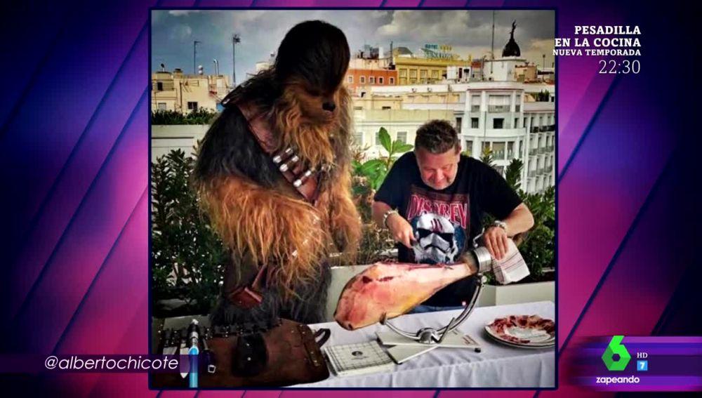 Alberto Chicote cortando jamón con Chewbacca en pleno Madrid