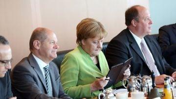 La canciller alemana, Angela Merkel (2d); el ministro germano de Finanzas, Olaf Scholz (i), y el ministro alemán de la Cancillería, Helge Braun (d)