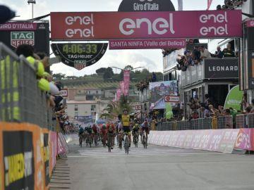 Enrico Battaglin gana al sprint la 5ª etapa del Giro