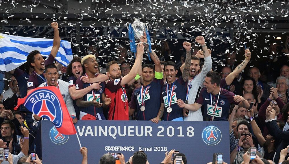 El PSG invita a levantar el trofeo al capitán del equipo rival