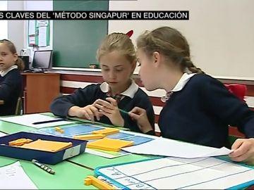 Dos alumnas atendiendo en clase en un colegio de Valencia