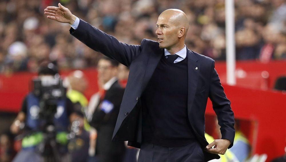 Zidane, en la banda del Sánchez Pizjuán