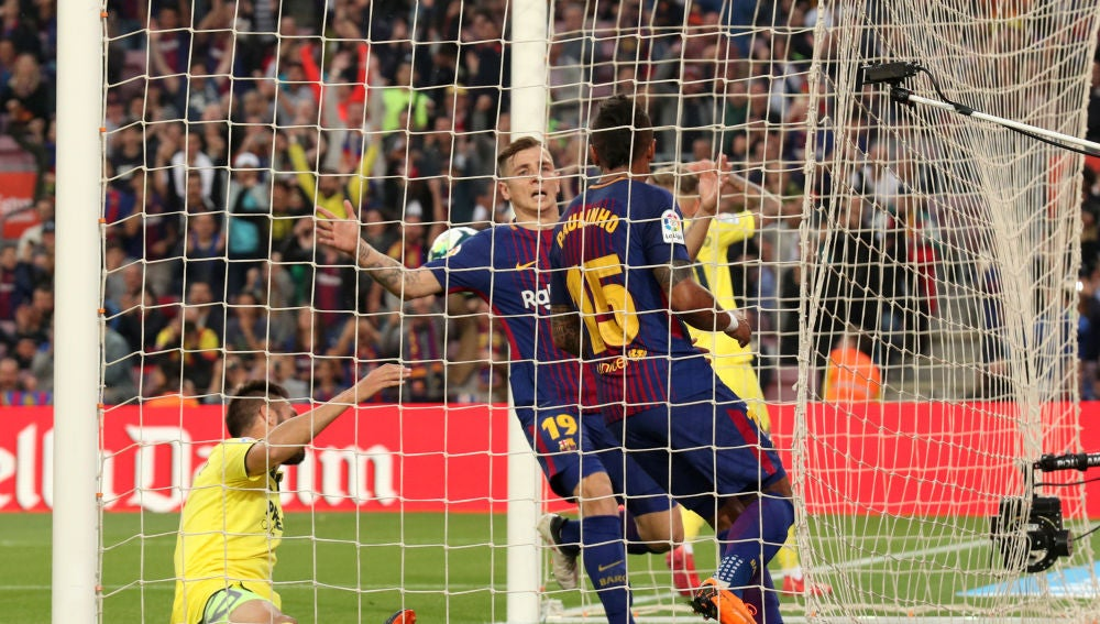 Paulinho y Digne celebran un gol ante el Villarreal