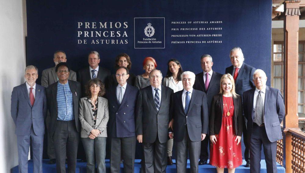 El jurado encargado de fallar el Premio Princesa de Asturias de Cooperación Internacional 2018, presidido por Gonzalo Suárez Pertierra