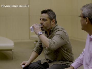 Jalis de la Serna prueba agua reciclada en Enviado especial: el país de la Educación