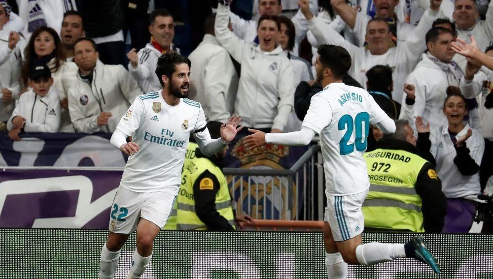 Isco y Asensio celebran un gol con el Real Madrid