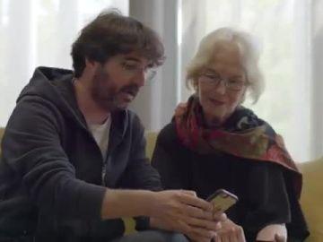 El periodista Jordi Évole enseña a Eugenia Parejo a usar Twitter