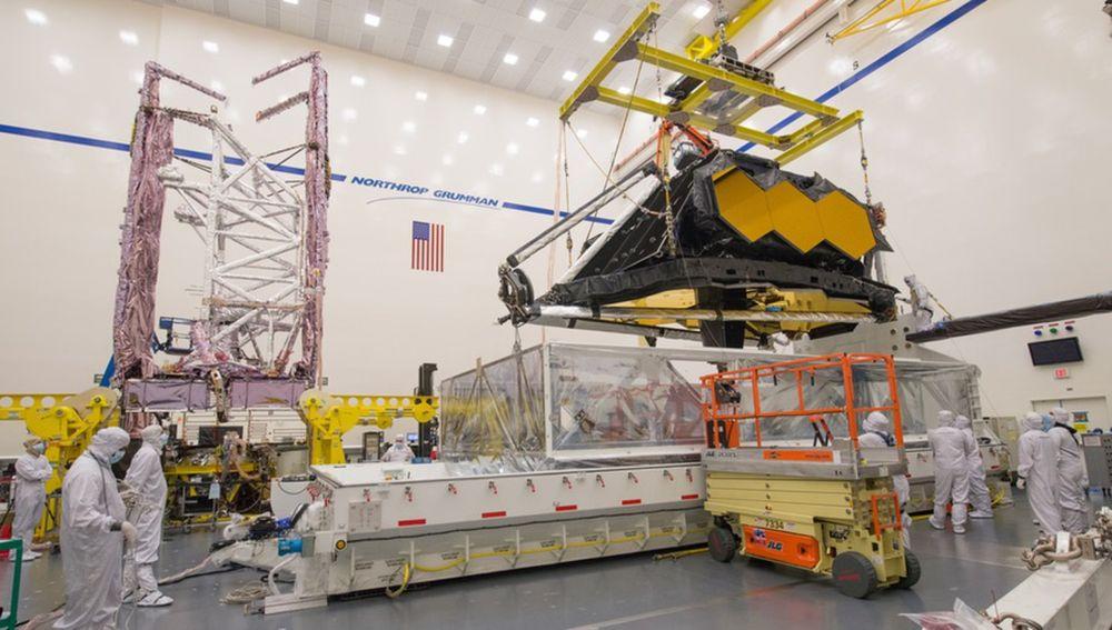 Sala blanca de las instalaciones de Northrup Grumman donde se está extrayendo de un cubículo la parte óptica del JWST para someterla a pruebas