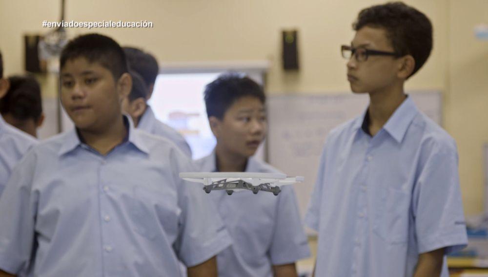 Un dron, en Enviado especial: el país de la Educación, Singapur