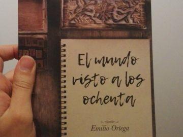 Un ejemplar de 'El mundo visto a los ochenta' de Emilio Ortega