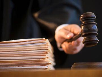 Un juez durante un juicio