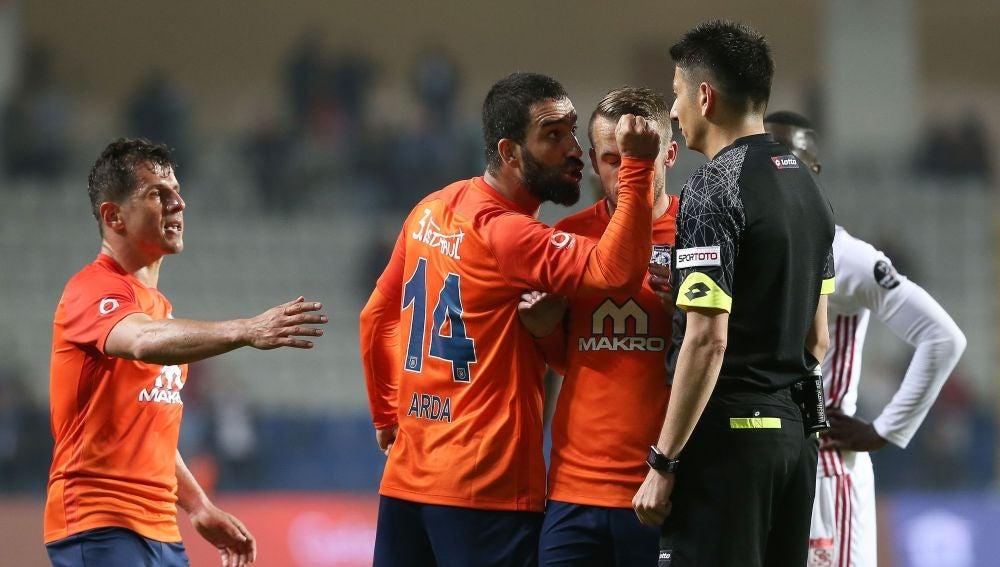 Arda Turan se encara con el árbitro