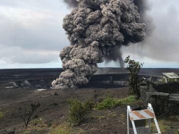 El ascenso de la columna de ceniza del cráter del volcán Kilauea en Hawai