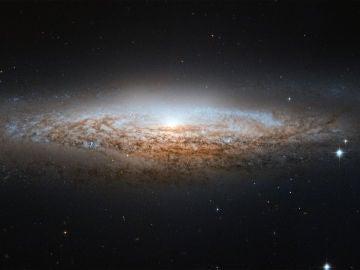La fuerza de la gravedad ejercida por la materia visible no es suficiente para explicar el comportamiento de las galaxias