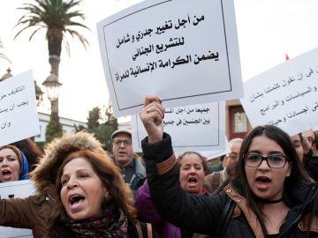 Cientos de mujeres participan en una manifestación en contra de la violencia de género con motivo del Día Internacional de la Eliminación de la Violencia contra la Mujer en Rabat