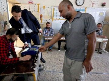 Un iraki votando en las elecciones