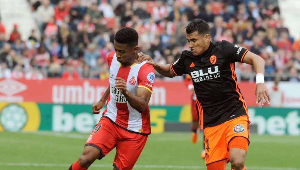 Murillo y Boulaya disputando un balón