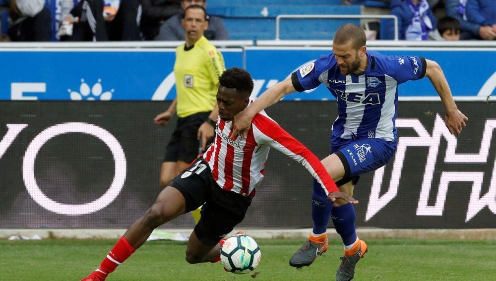 Iñaki Williams intenta llevarse el balón ante Víctor Laguardia