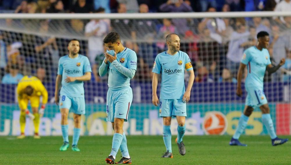 Los jugadores del Barça, cabizbajos tras el gol