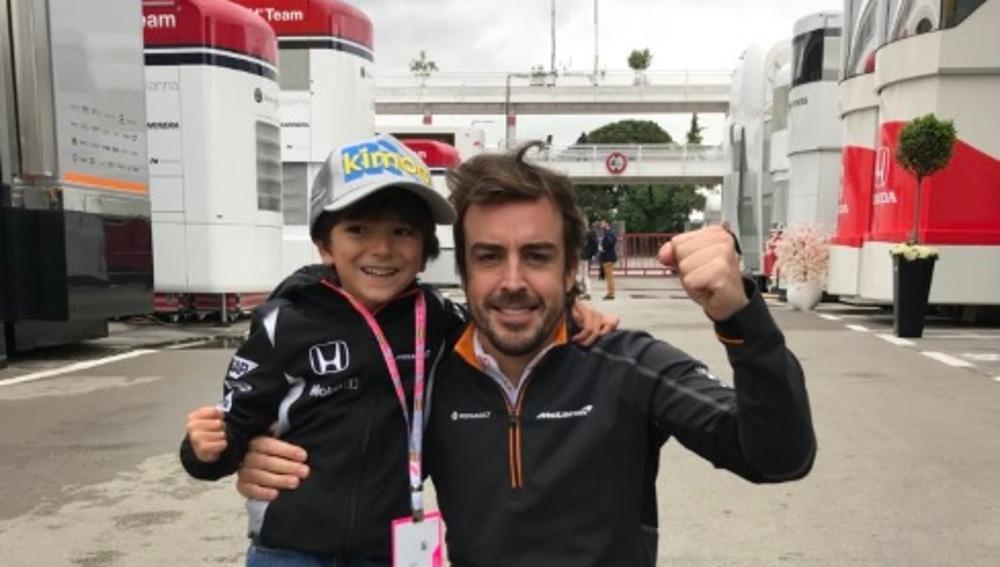 Fernando Alonso con Joaquín, su fan más incondicional en Montmeló