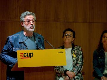 El diputado de la CUP en el Parlament, Carles Riera, interviene junto a la también diputada Natàlia Sánchez y la portavoz nacional de la formación Laia Estrada