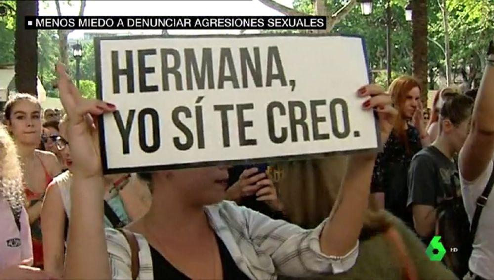 Pancarta de 'hermana, yo sí te creo' en una manifestación