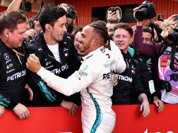 Hamilton celebra su victoria con los mecánicos