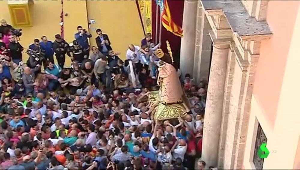 Miles de valencianos han participado en el traslado de la Virgen de los Desamparados