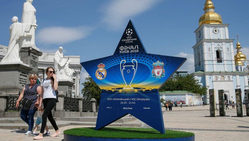 El centro de Kiev, engalanado con el logo de la final de Champions