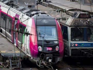 Una pasajera camina por un andén de la estación de ferrocarril de Gare Saint Lazare durante una nueva jornada de huelga en París