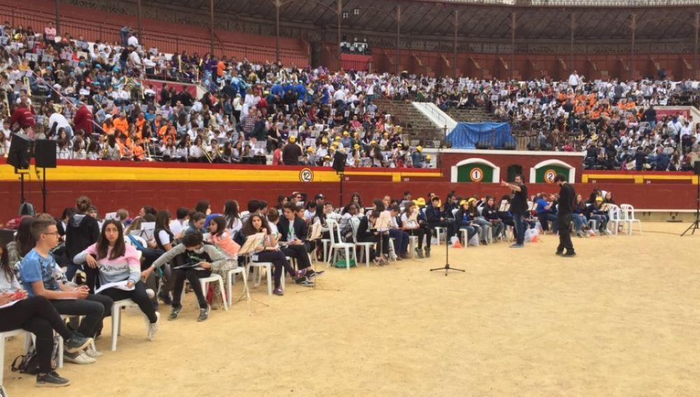 Los alumnos que han tocado en la plaza de toros de Valencia