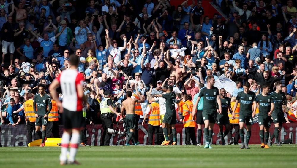 Los jugadores del Manchester City celebran el gol de Gabriel Jesus