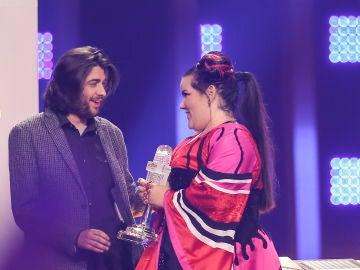 Sobral entrega el trofeo de Eurovisión a Netta