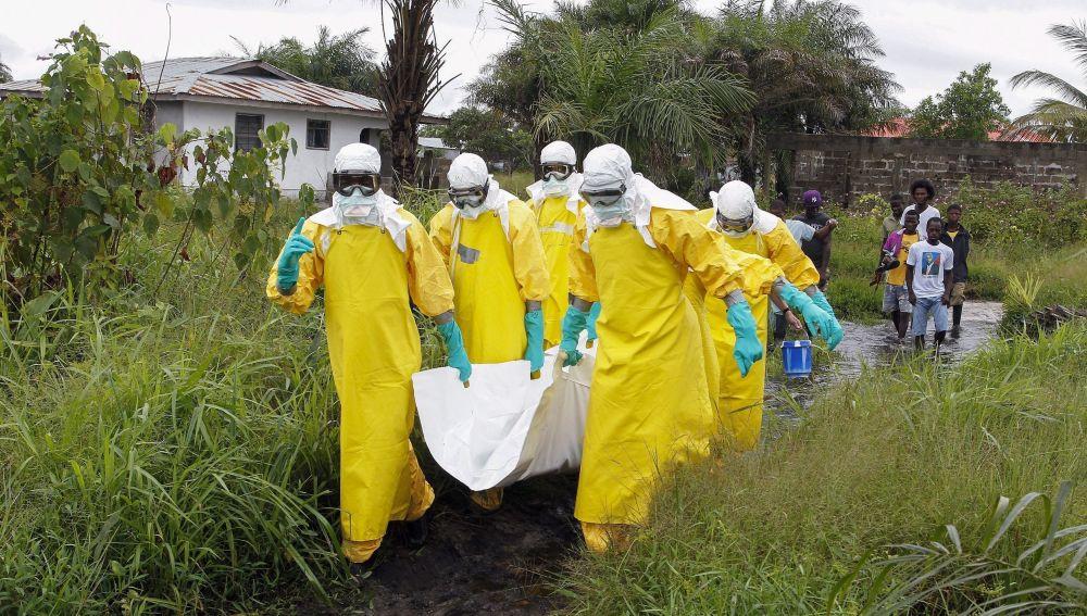 Enfermeros trasladas el cuerpo de una supuesta víctima del virus ébola en un área a las afueras de Monrovia (Liberia)