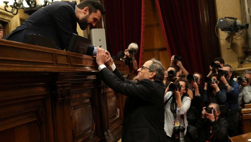 Quim Torra saluda a Roger Torrent tras ser investido president de la Generalitat