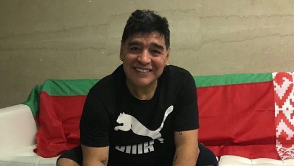 Maradona firma su contrato con el Dinamo Brest