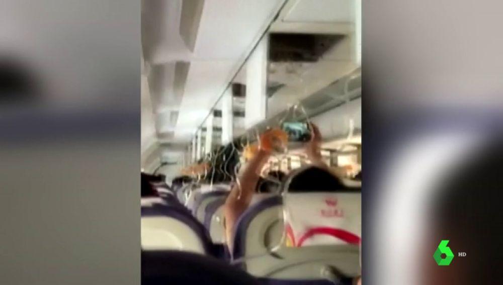 Un parabrisas de un avión se rompe en pleno vuelo y succiona al copiloto