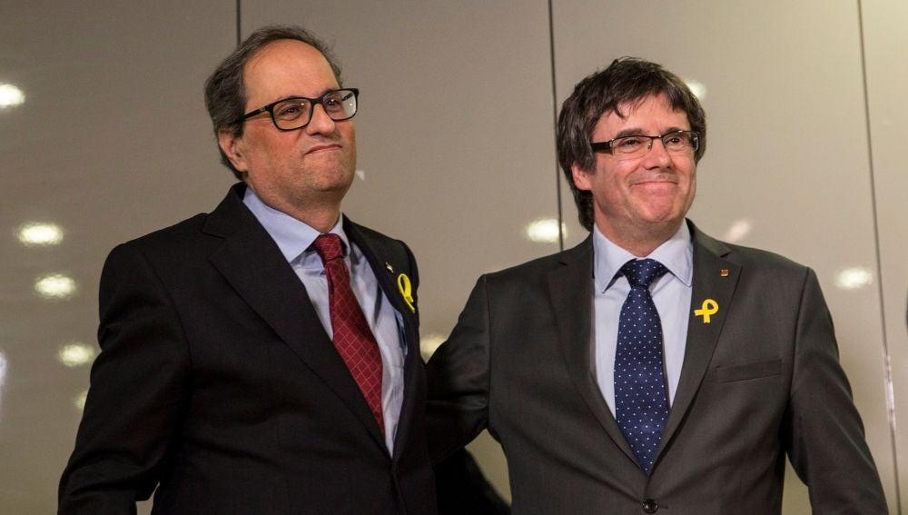 Carles Puigdemont y su sucesor, el recién elegido presidente de la Generalitat de Cataluña Quim Torra